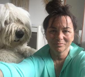 Veronique en cours et le chien Bob